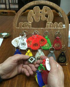 Nyckelringar och poletter i na gruppen